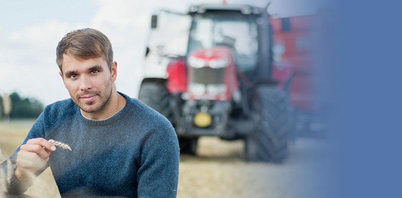 Mężczyzna natle traktora