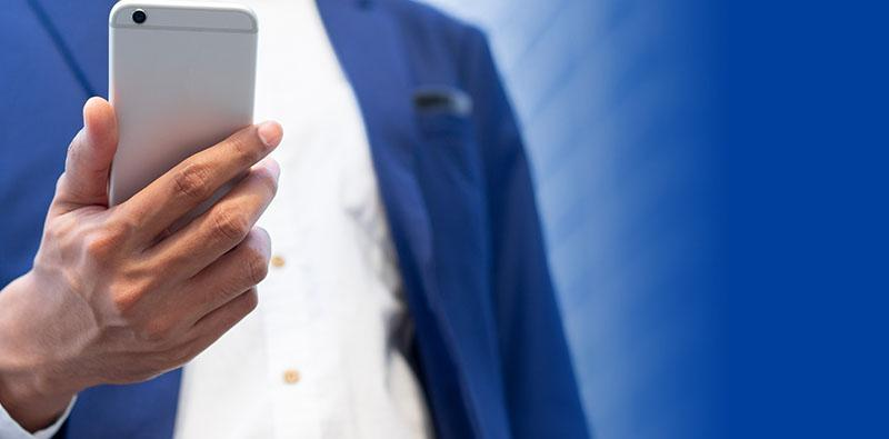 Mężczyzna trzymający telefon